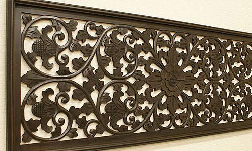 立体的な彫がほどこされた木製の壁掛けパネル